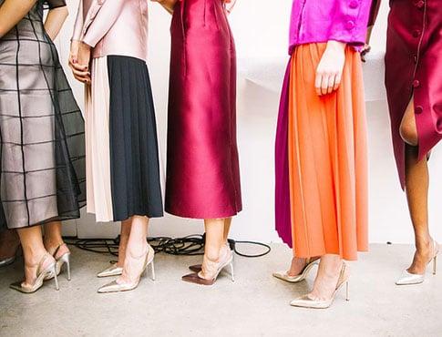 corps de mannequins de la taille aux pieds avec vêtements de luxe colorés et escarpins dorés